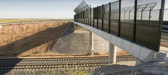 Vistas de un tramo de una línea de alta velocidad en un paisaje agrícola de Toledo